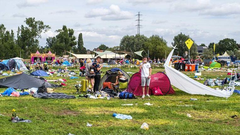Camping DreamVille een week geleden, vlak na het festival. Ondanks de vele acties van het festival om festivalgangers te laten recycleren, bleef er toch behoorlijk veel afval achter. Beeld Benoit De Freine