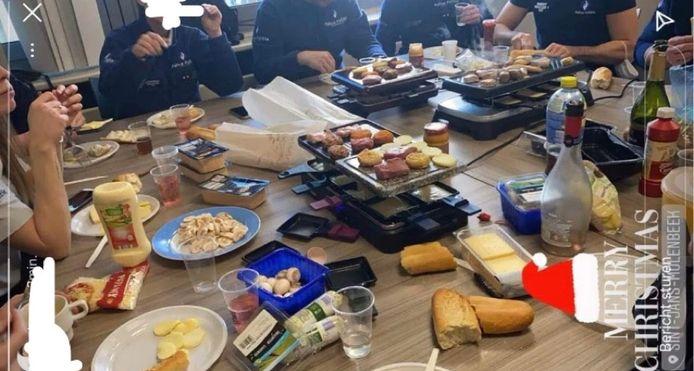 De agenten aten allemaal samen rond de tafel en de gourmetstellen.