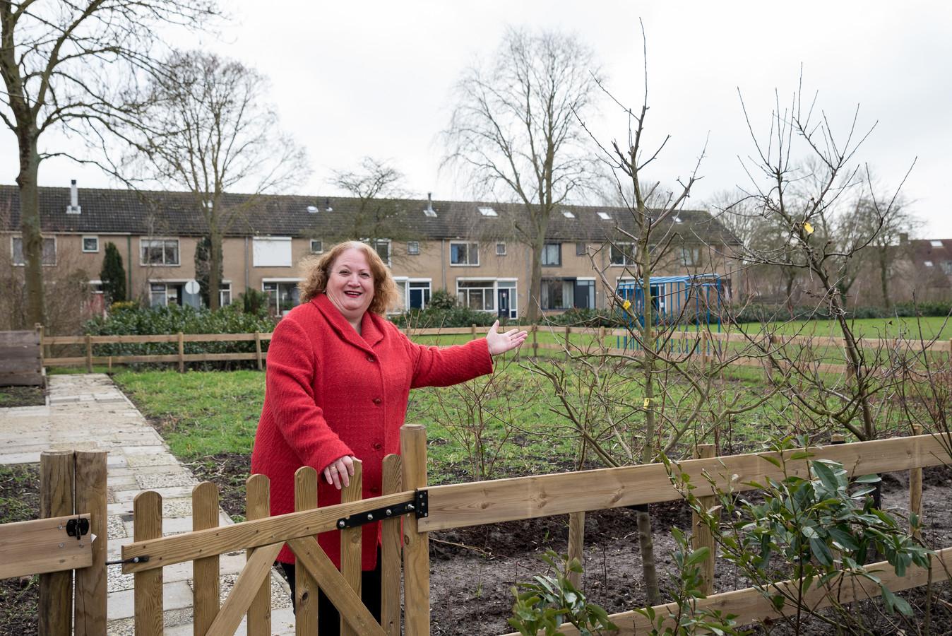 """Dina Levi, vrijwilligster van de wijktuin. ,,De eerste fruitbomen zijn al geplant in de tuin."""""""