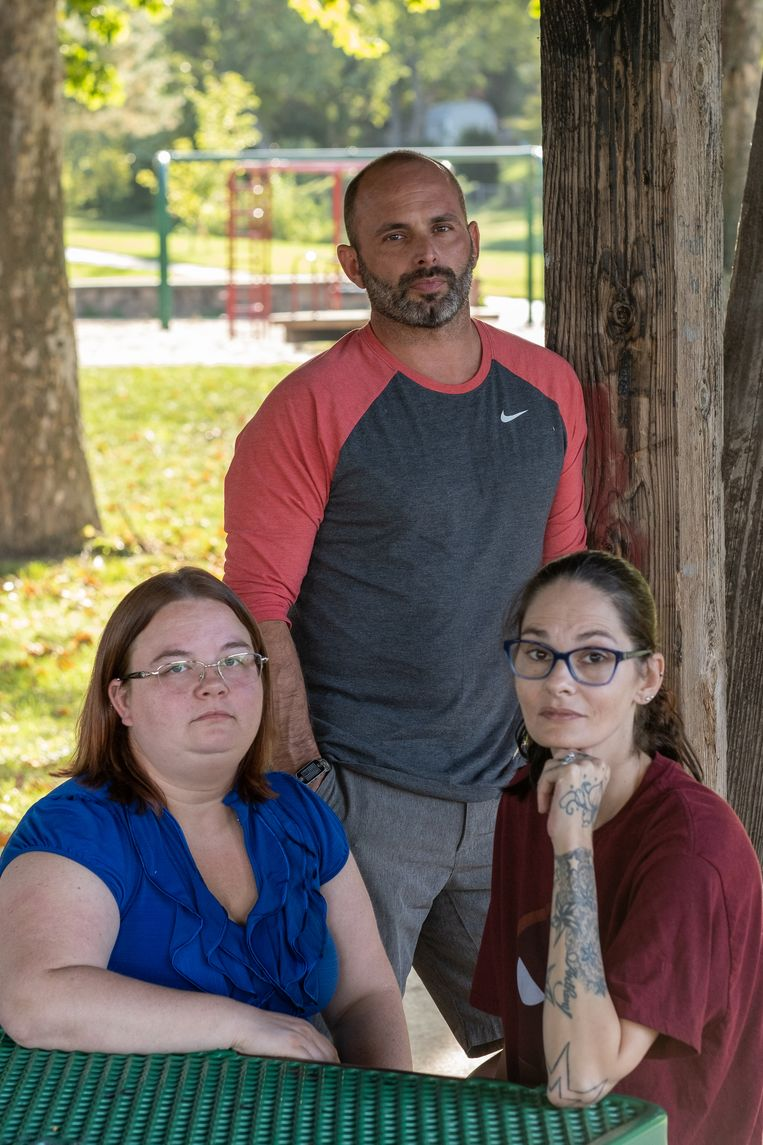 Cassandra Svagera (33, links), de nicht van de overleden bareigenaar Jacob Gardner, zit naast haar schoonzus en een goeie vriend van Gardner, Justin Herring (41). Beeld Eline van Nes