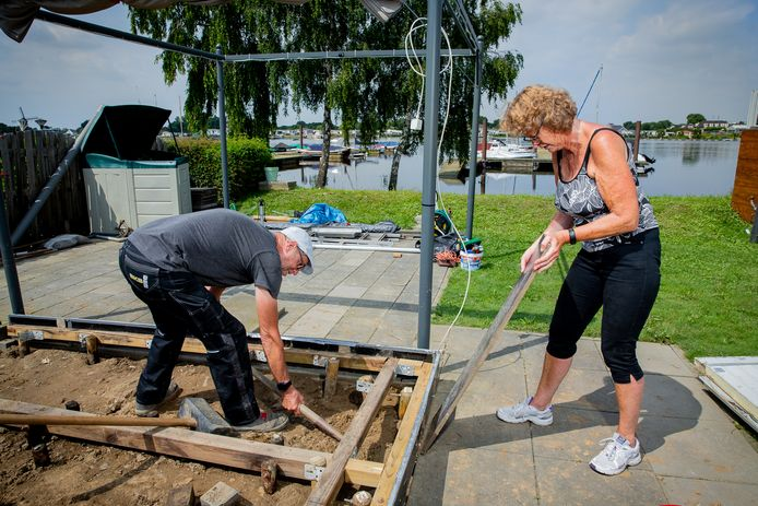 Bert Hoorn en Ans van den Brink bouwen het fundament van de caravan weer op.