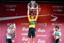 Wout van Aert op het podium na het winnen van Strade Bianche.
