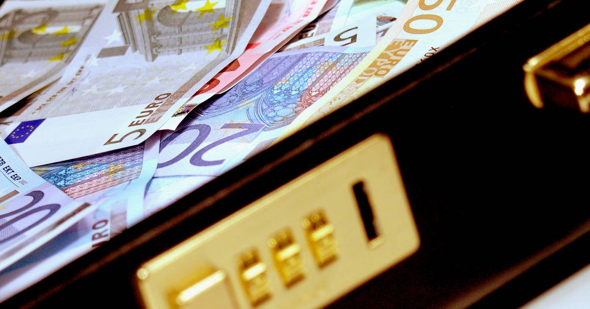 Tholenaar moet 330.000 aan staat terugbetalen voor witwassen en drugstranporten naar Zwitsersland .