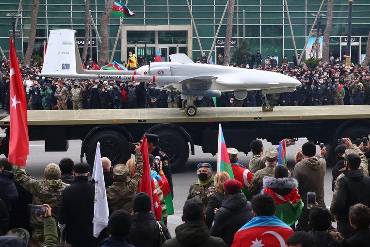 Een Turkse drone van het type Bayraktar TB2 op 10 december 2020 bij een overwinningsparade in de Azerbeidzjaanse hoofdstad Bakoe. De onbemande Turkse vliegtuigjes speelden een aanzienlijke rol bij de herovering door Azerbeidzjan van een groot deel van de regio Nagorno-Karabach op Armenië. Beeld Valery Sharifulin, Tass