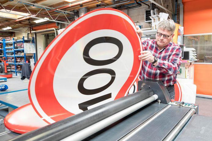 Peter de Haan van Fa. Knieriem te Goes maakt verkeersborden van 100km