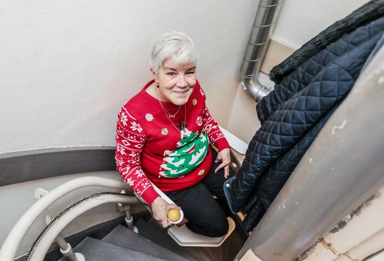José Decates met haar nieuwe traplift. 'De Joppie, zo noem ik mijn lift.' Beeld Eva Plevier