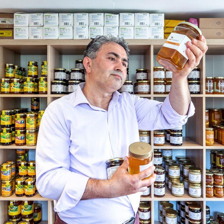 Ahmet Taskan in zijn Honingwinkel in Utrecht.  Beeld Raymond Rutting / de Volkskrant
