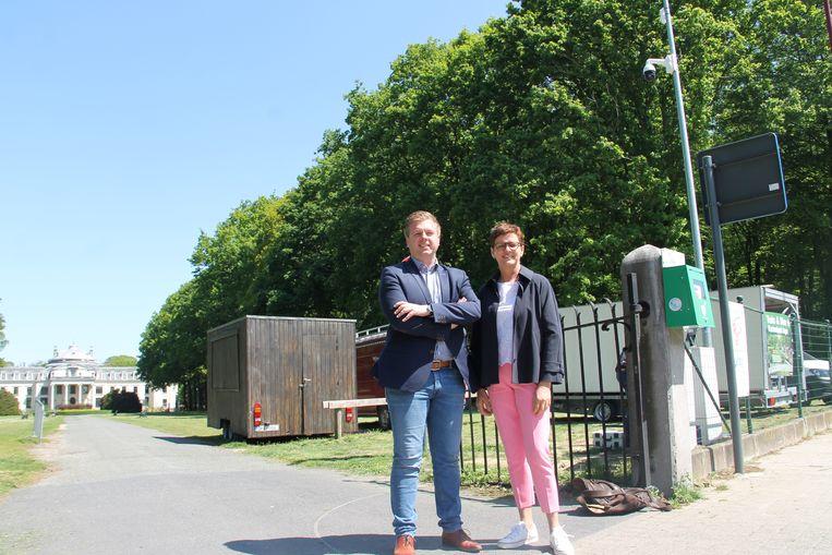 Burgemeester Bert Maertens en schepen Caroline Maertens aan een van de camera's in het park.