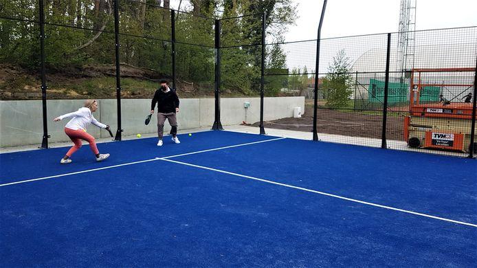 Burgemeester Vera Celis en schepenen Tom Corstjens en Bart Julliams speelden tijdens de officiële opening een potje padel samen met Nick Sterckx van de tennis- en padelclub.