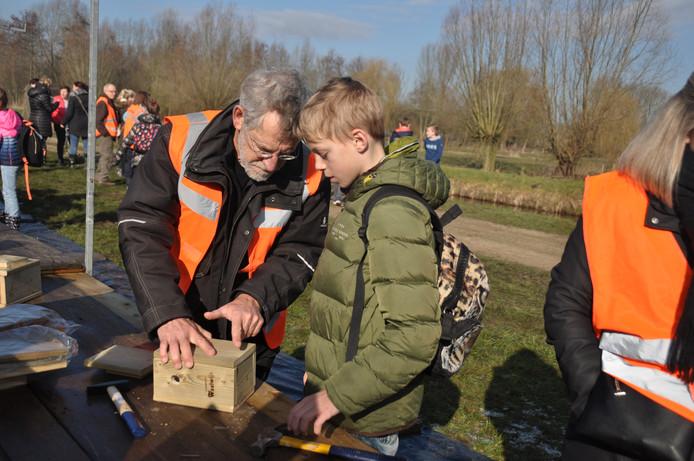 Veel pelzier bij de kinderen en de vrijwilligers tijdens de Boomfeestdag in de Eendenkooi.