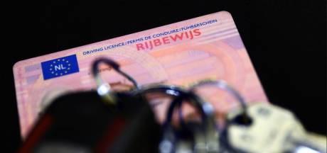 Politie zet achtervolging in op Tilburger (24) zonder rijbewijs: meerdere auto's beschadigd