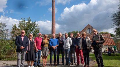 Gele en blauwe rook door gerestaureerde schoorsteen Van Hauwermeirsmolen