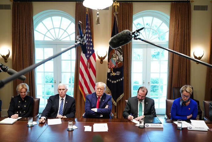 Donald Trump met links van hem coronavirusresponse-coördinator Debbie Birx en vicepresident Mike Pence. Rechts van hem zitten gezondheidsminister Alex Azar en ceo Emma Walmsley van GlaxoSmithKline.