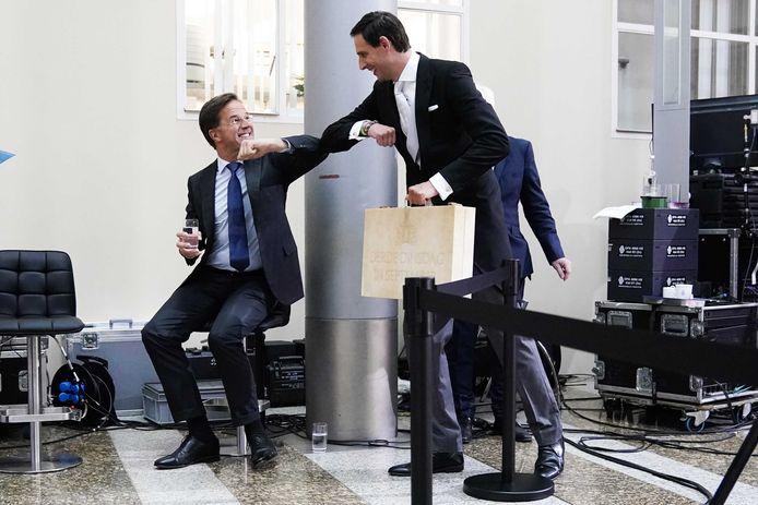 Minister Wopke Hoekstra (Financiën) begroet premier Mark Rutte na afloop van de presentatie van de Miljoenennota 2021.