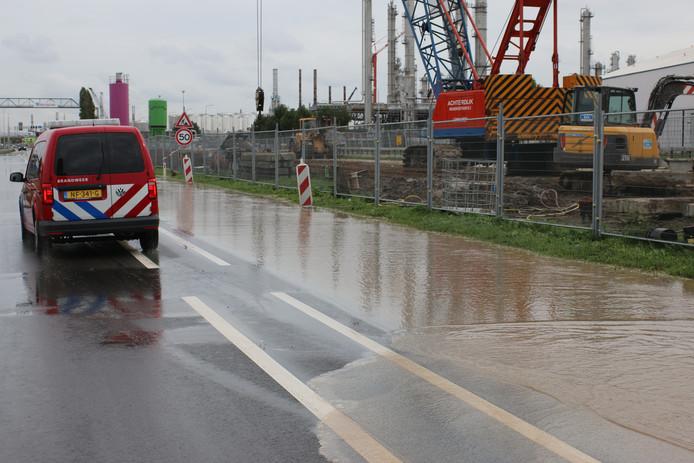 Aan de Theemsweg is een waterleiding geraakt.