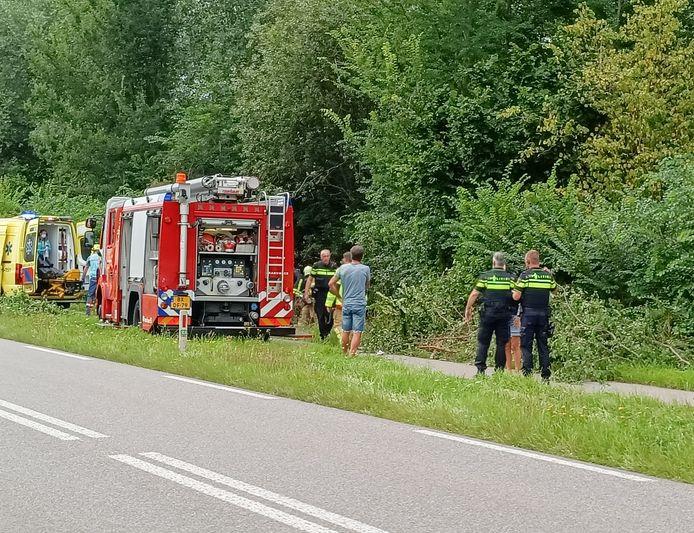 Brandweer Wehl en Doetinchem verlenen assistentie na het ongeval op de Liemerseweg in Doetinchem.