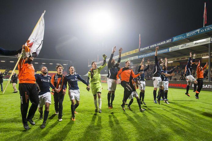 De spelers van Jodan Boys vieren de verrassende zege op eredivisionist Go Ahead Eagles met de meegereisde supporters.