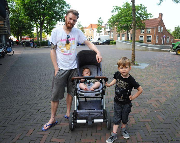 Louis de Meij, Glenn (in kinderwagen) en Morgan op het Oranjeplein in woonplaats Oost-Souburg.