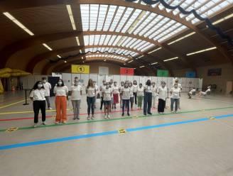 Minuut lang geen prikjes in vaccinatiecentrum Colomba: vrijwilligers houden eerbetoon voor slachtoffers noodweer