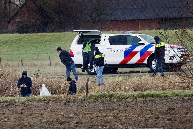De politie zocht deze week naar lichaamsdelen van de vermoorde Ichelle in een kanaal bij het Zeeuwse Sluis. Beeld Arie Kievit