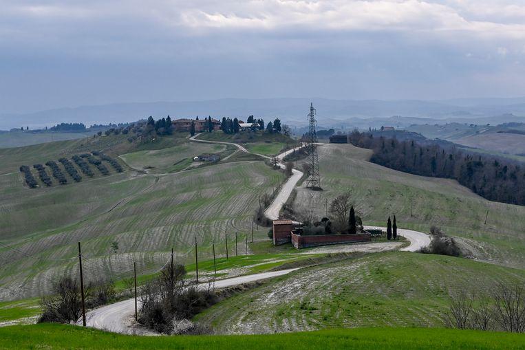 De renners moeten vandaag over deze witte grindstroken in Toscane. Beeld BELGA