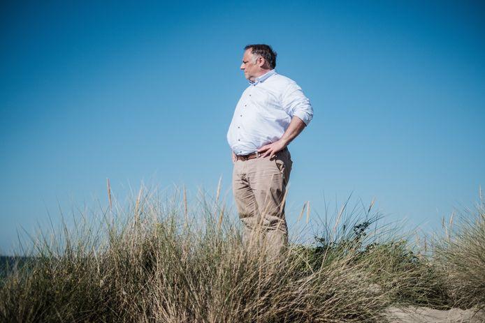 Marc Van Ranst sur la plage à Coxyde durant l'été.