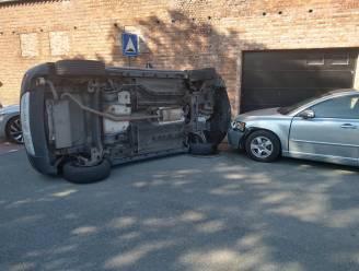 Wagen belandt op flank nadat bestuurder uit de bocht gaat en twee geparkeerde wagens raakt