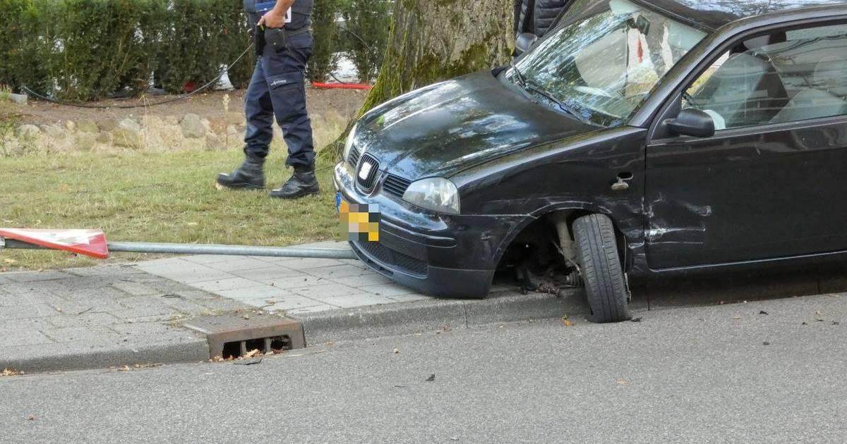 Veel schade bij botsing met twee autos in Enschede, inzittenden ongedeerd.
