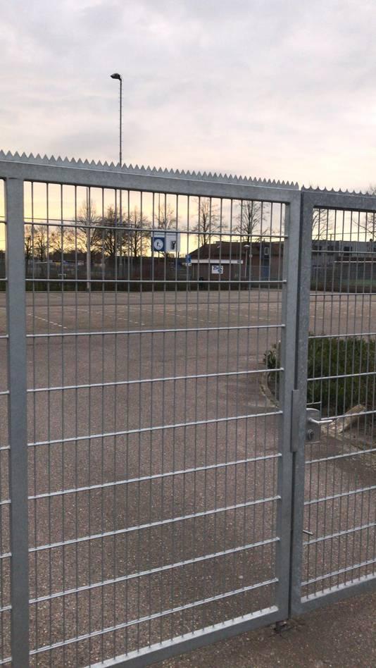Het hek van het sportcomplex van vv Haarsteeg zit op slot. De voetbalvelden zijn net als elders 'verboden terrein'.