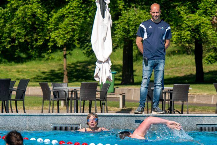 Beheerder Moreno Morais aan de rand van het bad op de eerste dag van 2020 waarop in Klarenbeek weer wordt gezwommen.
