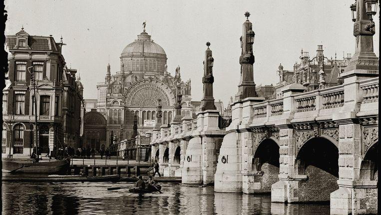 Het Paleis voor Volksvlijt gezien vanaf de Amstelbrug in 1894. Beeld Stadsarchief