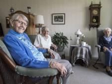 Jeugdvriendinnen op 97-jarige leeftijd samen in het bejaardentehuis