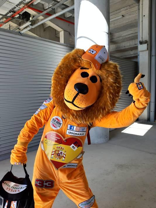 Nardje de oranje leeuw die Max Verstappen aanmoedigt
