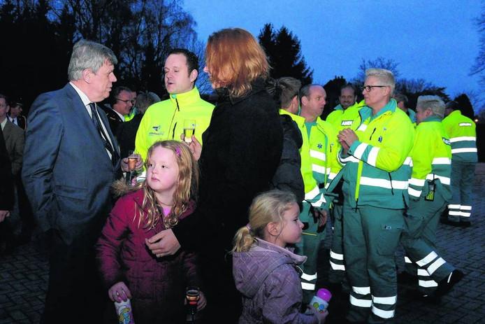 Toenmalig minister Van Opstelten was bij de opening van de tijdelijke ambulancepost in Gennep. Foto Ed van Alem