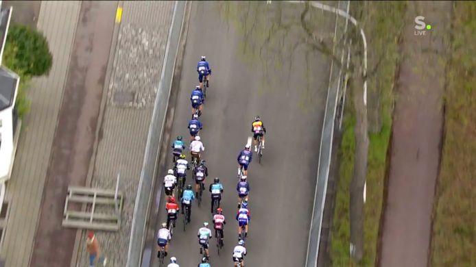Op dit beeld zit Dries Van Gestel nog in het wiel van de Alpecin-Fenix-trein met Belgisch kampioen Dries De Bondt, Jonas Rickaert en winnaar Jasper Philipsen.