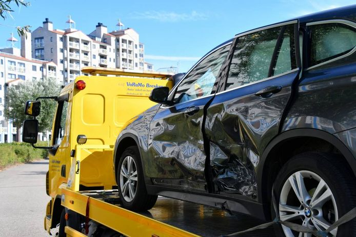 De BMW X1 liep forse deuken op.