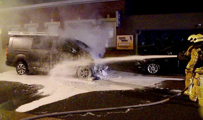 De brandweer bluste ook met schuim, om de brand aan het motorcompartiment van de Citroën Jumpy onder controle te krijgen, langs de Sint-Eloois-Winkelsestraat in Oekene.