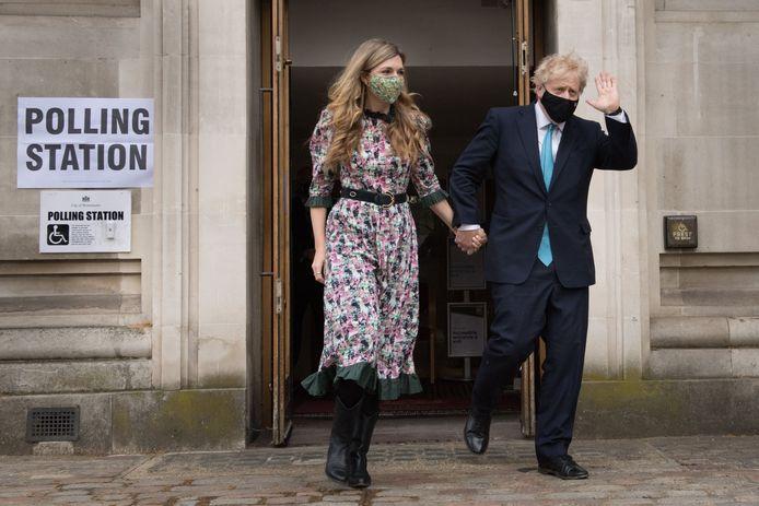 Premier Boris Johnson en zijn partner Carrie Symonds verlaten het stemlokaal voor de lokale verkiezingen in Londen