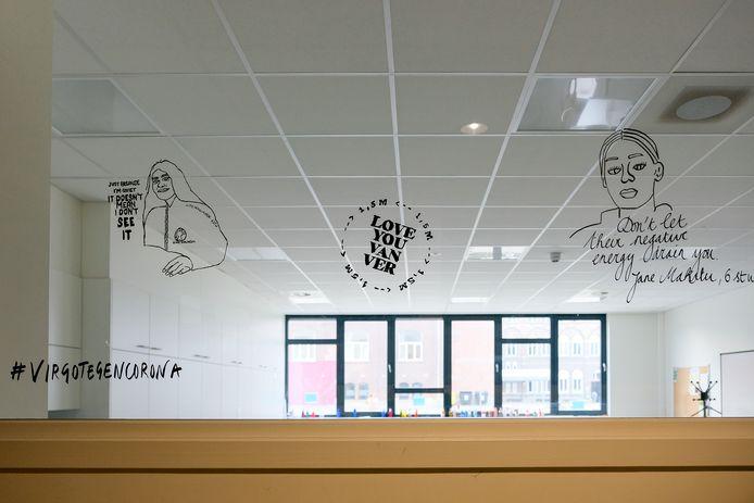 Tekeningen op de ramen van de klassen van Virgo Plus.