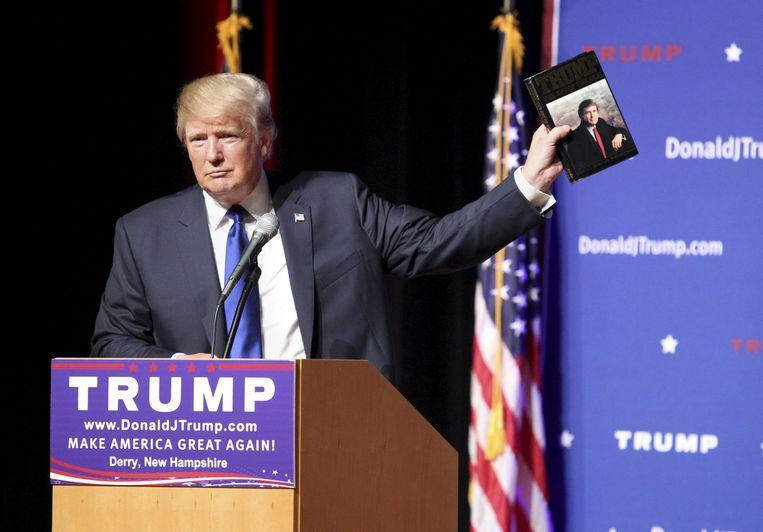 Trump met zijn boek The Art of the Deal. Beeld ap