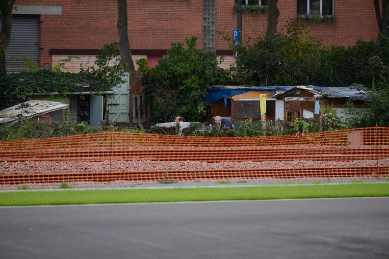 Tussen de spoorweg en de Aziëstraat staat al bijna 10 jaar een Roma-kamp met barakken.