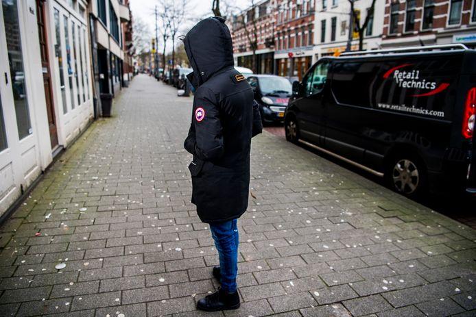 De 17-jarige Sefer uit Rotterdam-Delfshaven draagt een jas van het merk Canada Goose, verkrijgbaar voor zo'n 1.500 euro. De jongeman bekent dat het 'een nepper' is en wil daarom onherkenbaar op de foto.