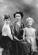 Queen Elizabeth II met prins Charles en prinses Anne.