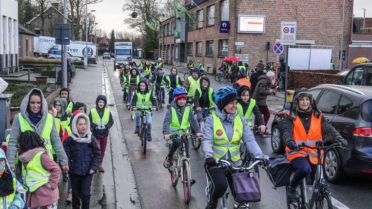 De leerlingen van de Vichtse basisscholen openden de fietsstraat.