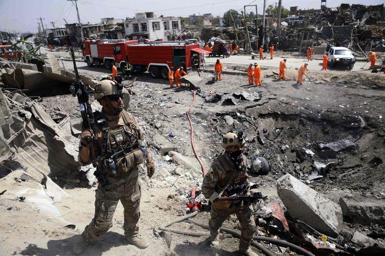 Afghaanse soldaten bewaken de omgeving na een zware aanslag in Kaboel.
