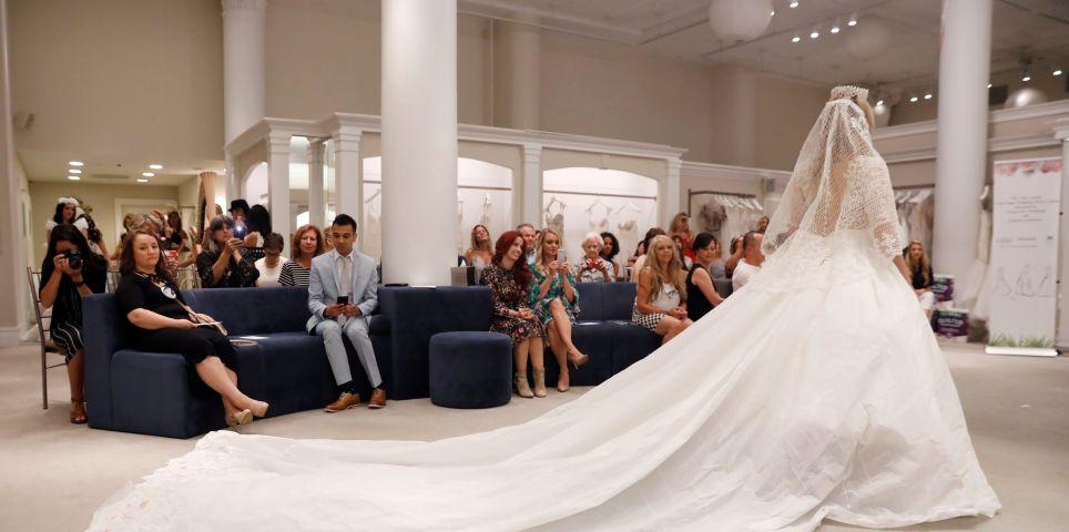 fotoreeks over De ultieme bruidsjurk is gemaakt van... toiletpapier