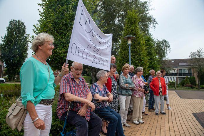 Ouderen protesteren dinsdagmiddag bij het gemeentehuis van Wierden tegen de dreigende sluiting van socioruimte 't Oosterhoes in Wierden-Oost.