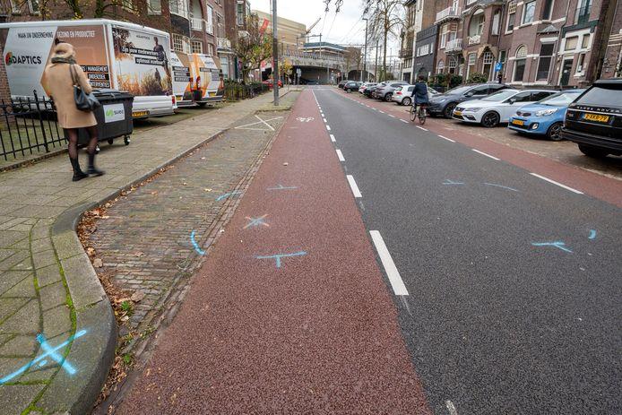 De Cronjéstraat in Arnhem vandaag. Op het wegdek is duidelijk te zien waar de auto stond waarin de kunstenaar en handelaar zwaargewond werd gevonden.