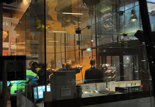 2011: Met getrokken pistool konden agenten voorkomen dat de opgewonden fans de roltrap naar boven konden nemen om het bestuur en de directie van de Rotterdamse club te belagen.
