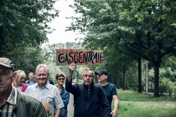 Zondagochtend zakten buurtbewoners van Tessenderlo af naar Oosterbergen, waar ze al wandelend tegen de nieuwe gascentrale protesteerden.